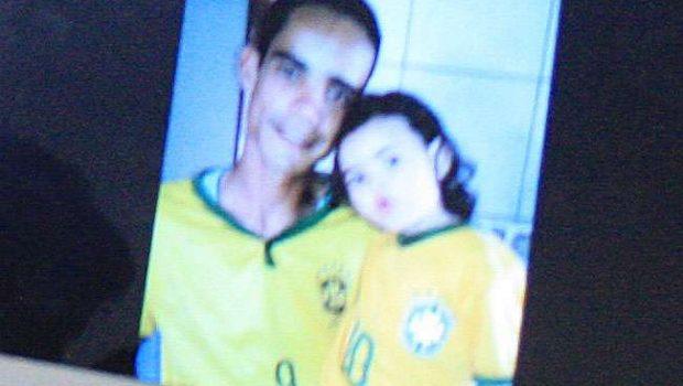 Morre jovem baleado junto com a filha de 2 anos na porta de casa