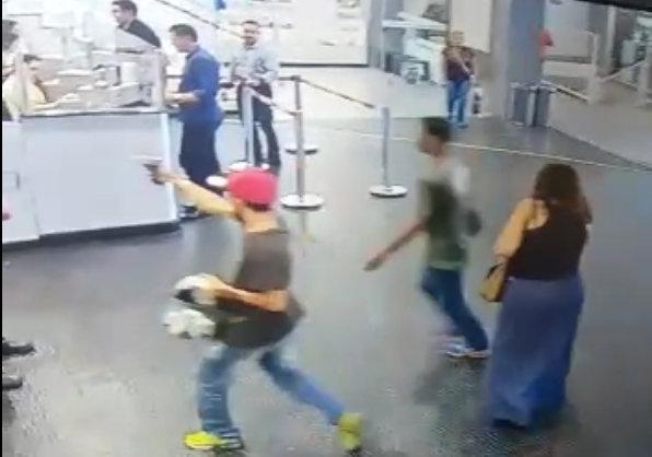 Imagens mostram momento em que bandidos roubam arma de segurança do Flamboyant