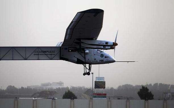 Avião solar decola de Abu Dhabi para primeira volta ao mundo