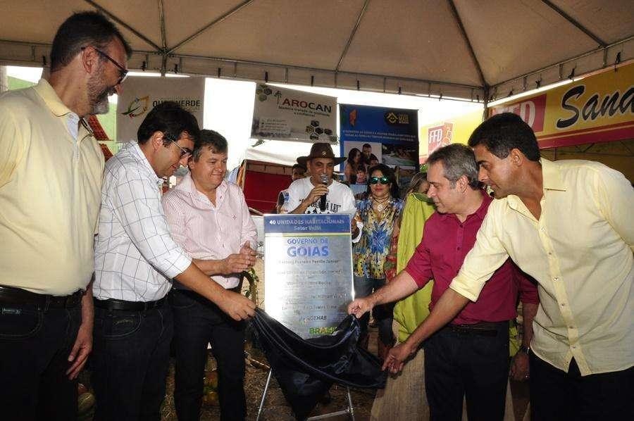 Governo estadual entrega casas em Ouro Verde