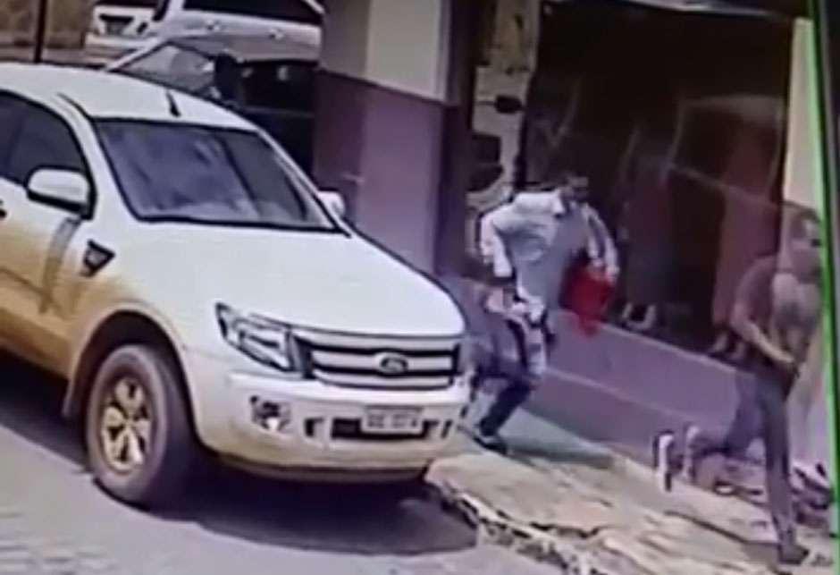 PM procura trio que assaltou joalheria em Pires do Rio; câmera de segurança registrou a fuga