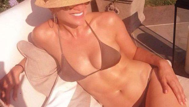 Aos 44 anos, Jennifer Lopez impressiona com curvas