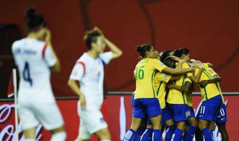 Marta faz história, e Brasil vence primeira no Mundial