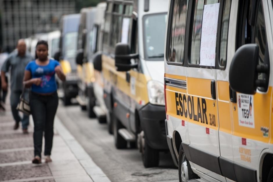 Pais precisam observar detalhes ao contratar transporte escolar