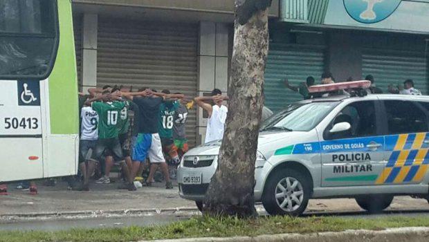 Ônibus com torcedores do Goiás é parado pela Polícia Militar