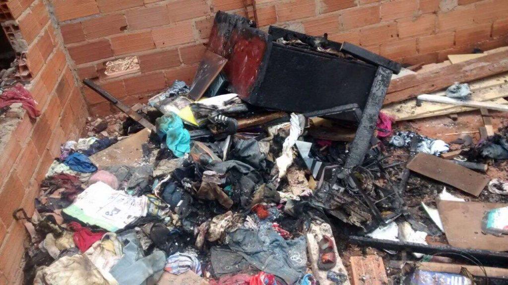 Casa pega fogo e criança de três anos morre carbonizada após tentar se esconder embaixo de cama
