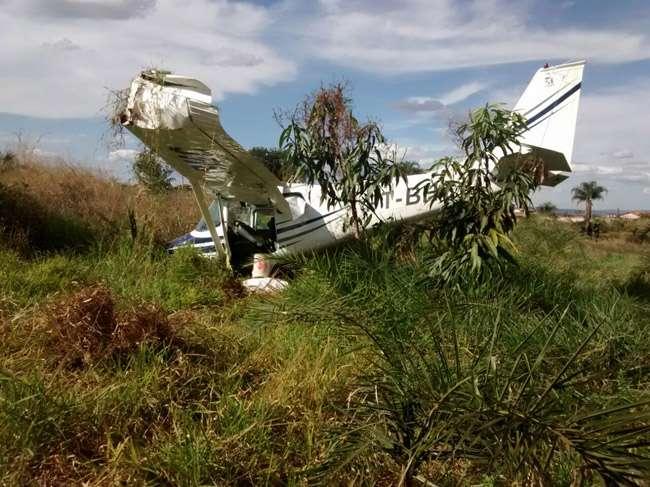 Avião faz pouso forçado em  área rural da GO-070, em Goiânia