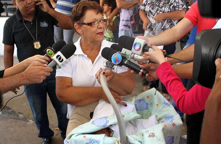 Bebê encontrado em sacolas recebe alta do HMI