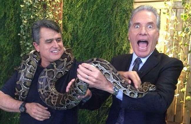 Roberto Justus fica em pânico ao pegar numa cobra durante gravação de programa