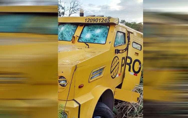 Bandidos roubam carro forte na BR-020, próximo a Flores de Goiás