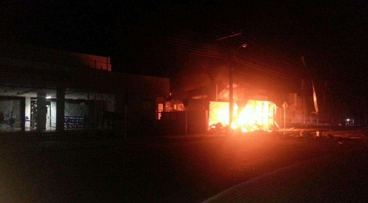 Criminosos explodem agência bancária e fazem reféns em Mara Rosa