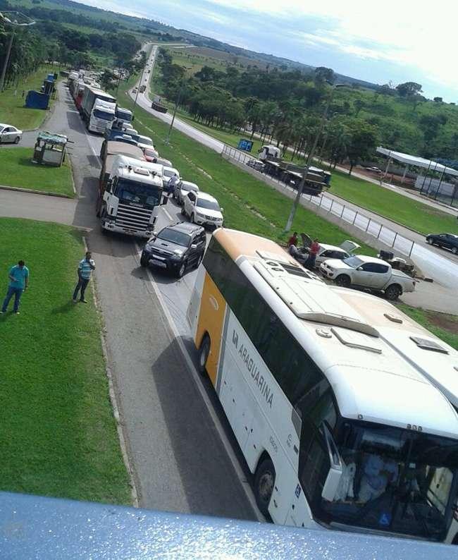 Por falta de ônibus, moradores de Terezópolis interditam a BR-060
