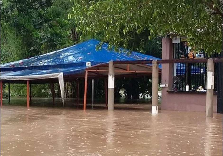 Chuva faz rio transbordar em Itapirapuã