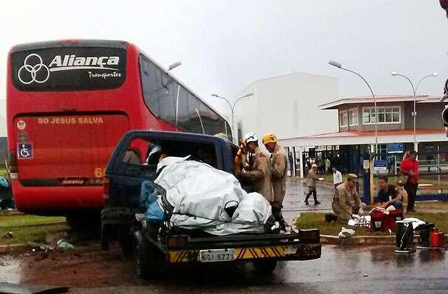 Acidente entre ônibus e caminhonete na BR-020, em Formosa, deixa cinco mortos