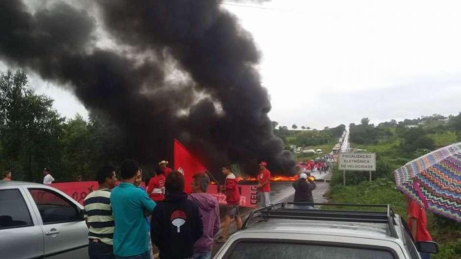 Integrantes do MST fazem protesto e fecham a BR-153, em Rialma