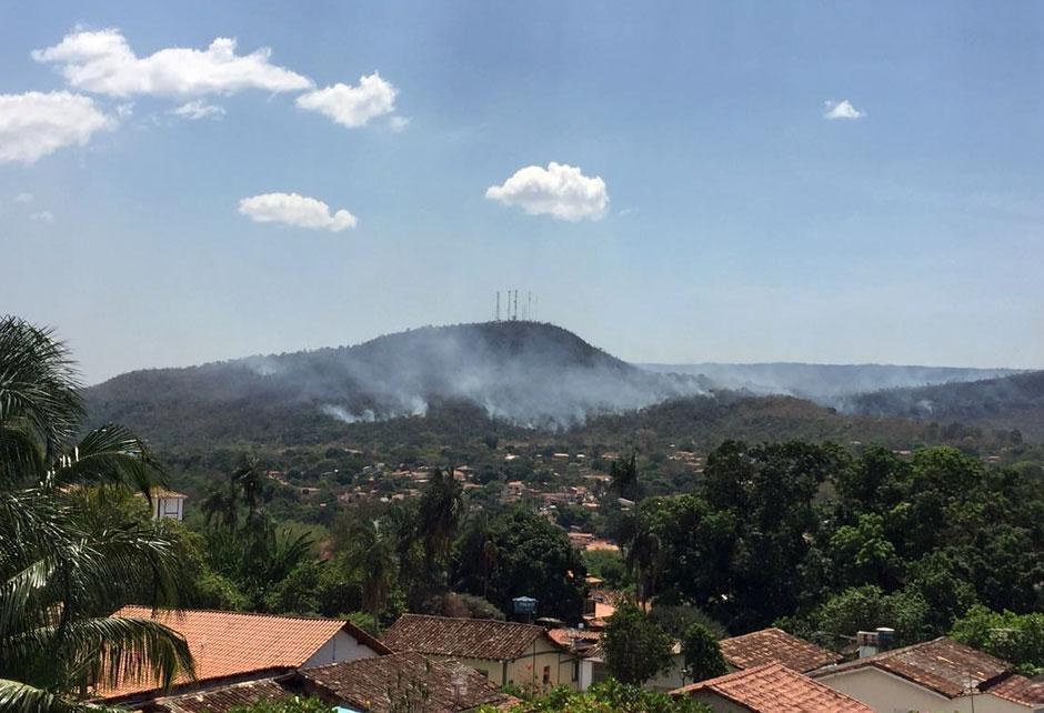 Corpo de Bombeiros continua o combate ao incêndio no Morro do Frota, em Pirenópolis