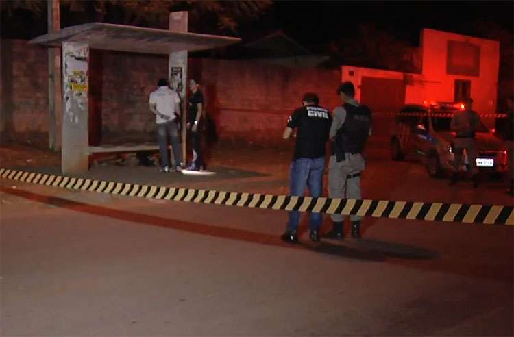 Mulher de 24 anos é morta a tiros em ponto de ônibus, em Goiânia