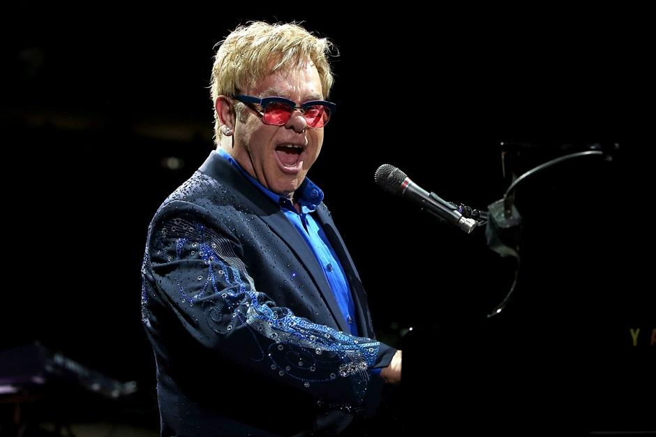 Em show, Elton John é atingido na boca por colar de miçangas