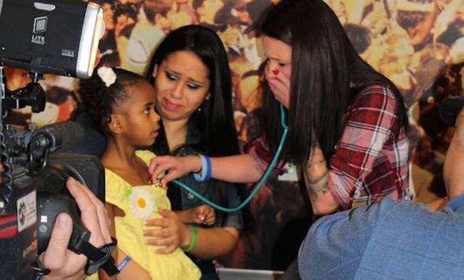 Mãe se emociona ao ouvir o coração de seu filho falecido em outra criança