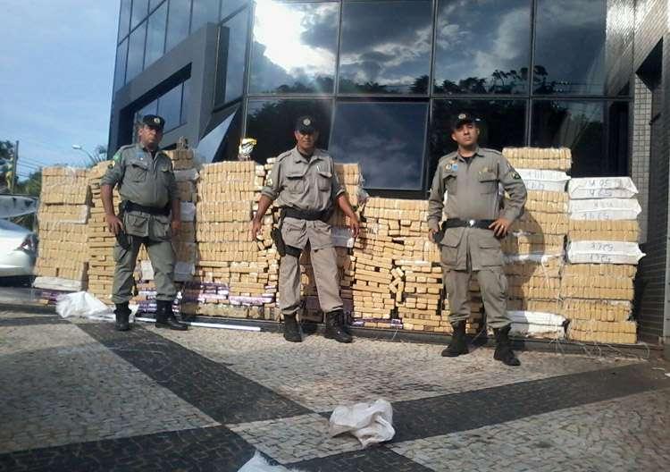 Polícia prende homem transportando 3 toneladas de maconha em uma Hilux