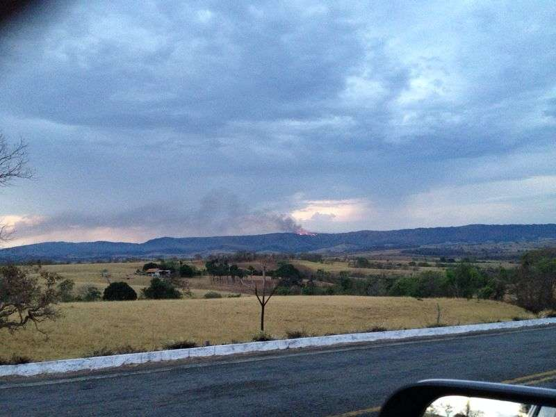 Bombeiros combatem incêndio na região da Reserva da Serra Dourada