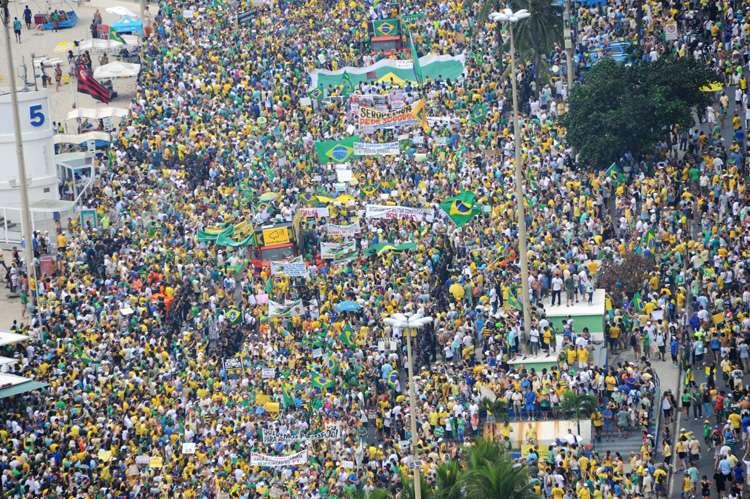 Manifestação no Rio recebe apoio de moradores de prédios da orla de Copacabana