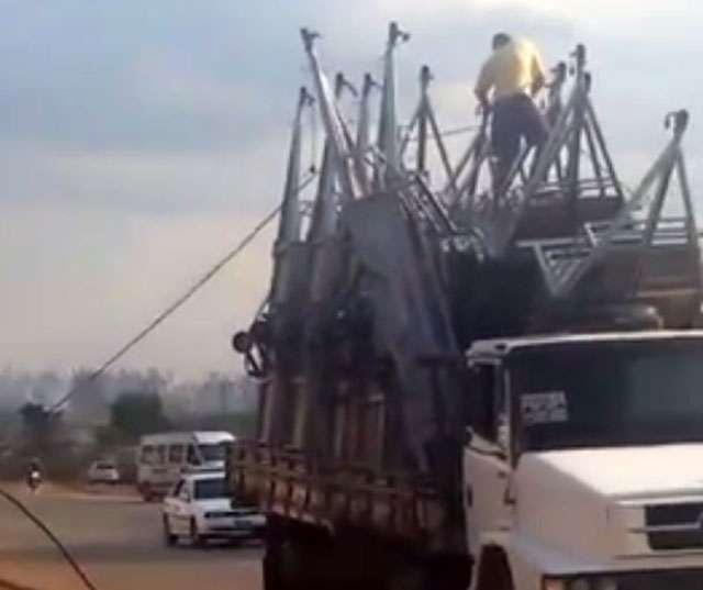 Caminhão danifica cabos de energia em Goiânia