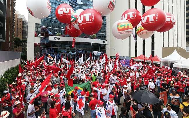 Manifestantes recebem R$ 35 para ir a ato a favor de Dilma em SP