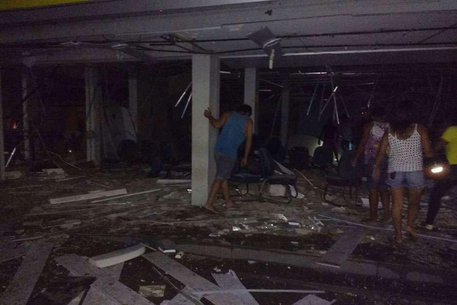 Imagens mostram agências bancárias destruídas após ataque de bandidos