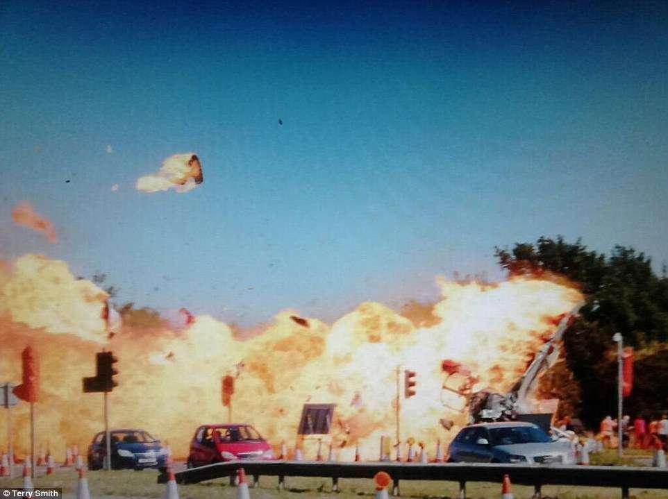 Avião de combate cai na Inglaterra e mata sete pessoas