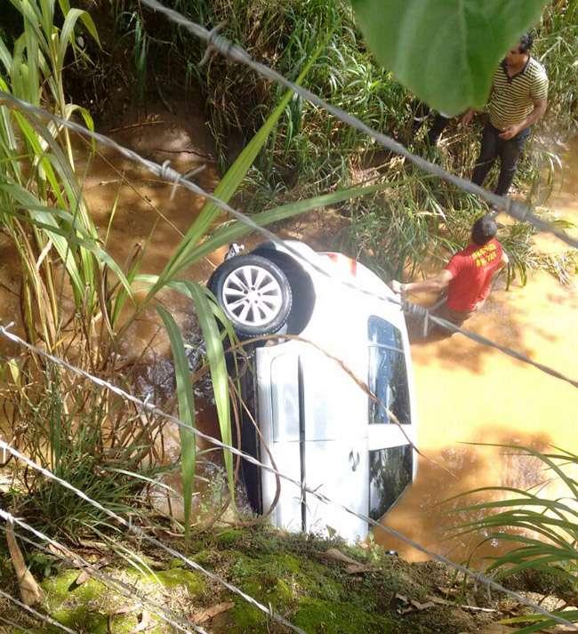 Mulher fica gravemente ferida após carro cair dentro de córrego, em Anápolis