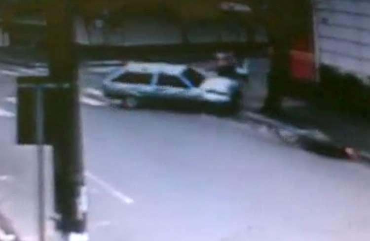 Casal atravessa faixa de pedestre e escapa de acidente incrível, em Anápolis