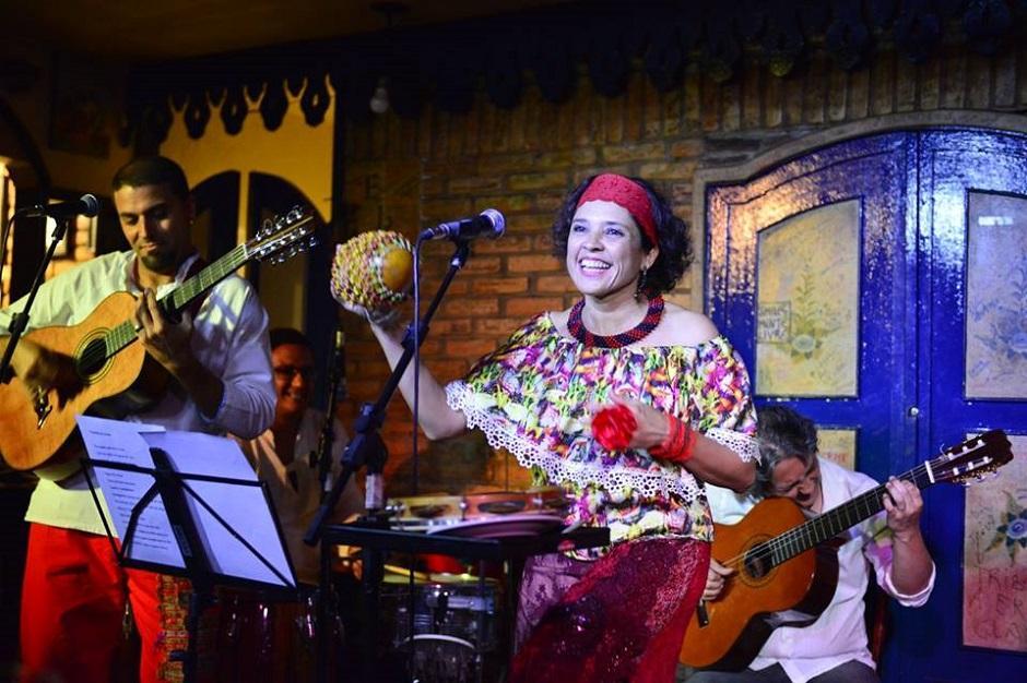 Grupo folclórico Camerata Caipira toca no Teatro Sesi