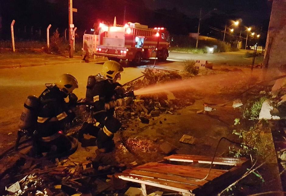 Incêndio atinge depósito de material reciclável no Bairro Ipiranga, em Goiânia