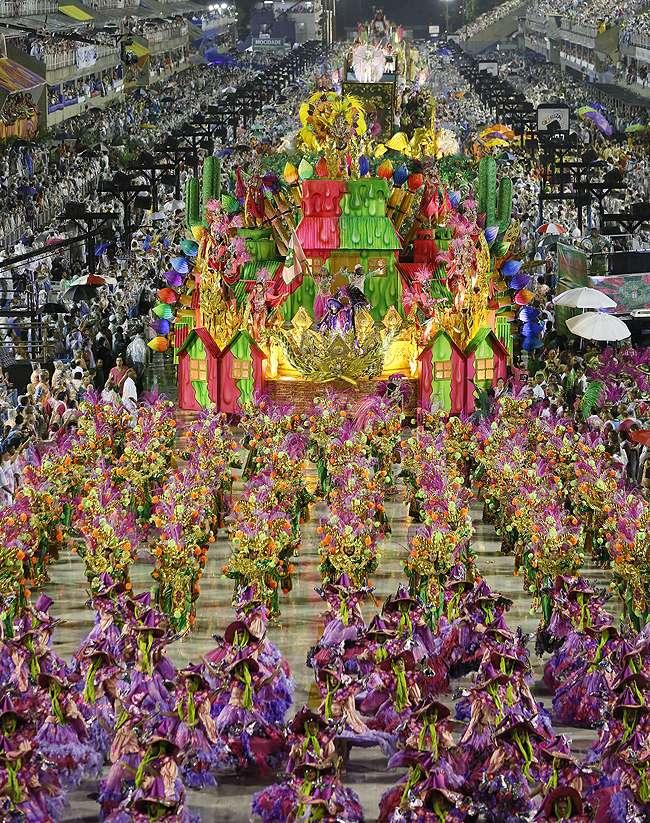 Samba e bateria são destaques do desfile da Mangueira