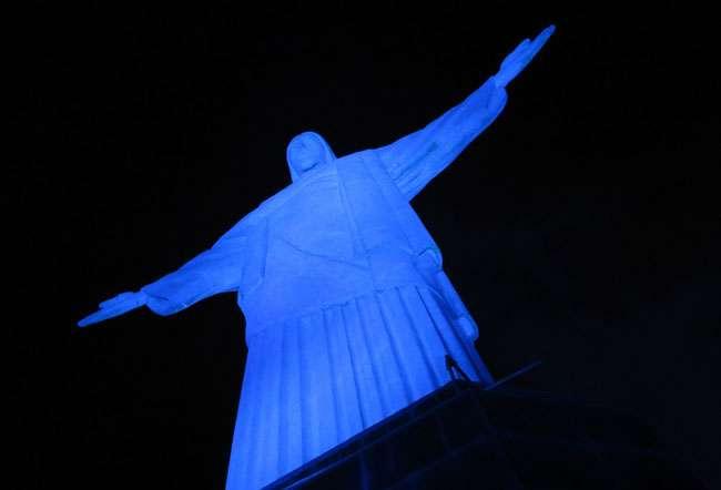 Cristo Redentor é iluminado em azul em campanha contra o tráfico de pessoas
