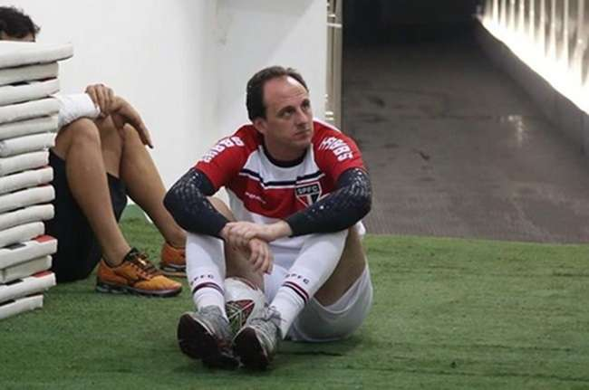 Rogério Ceni renova até agosto e adia aposentadoria