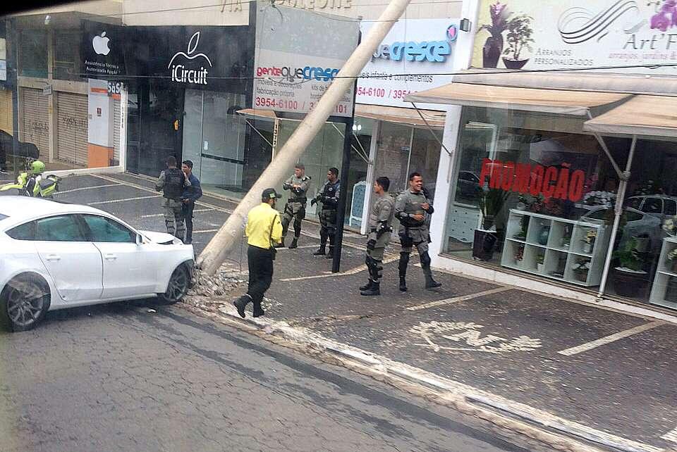 Motorista bate carro em poste na Avenida Jamel Cecilio