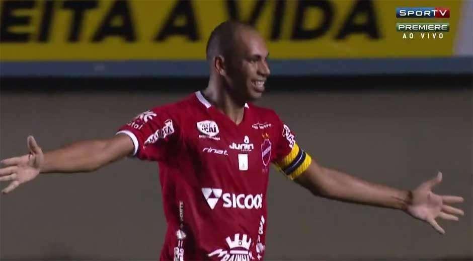 Com dois golaços de Robston, Vila Nova estreia com vitória sobre o Bragantino