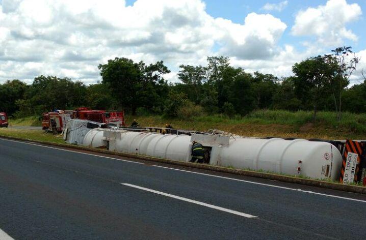 Destombamento de carreta provoca interdição da BR-153, em Morrinhos