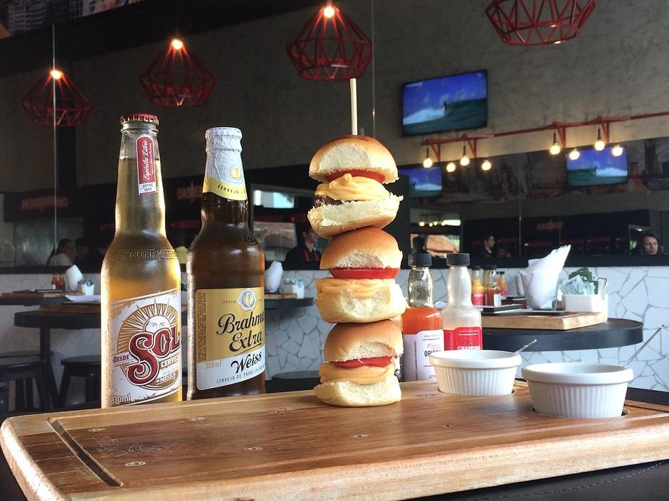 Espetinho de hambúrguer é novidade em cardápio de bar em Goiânia