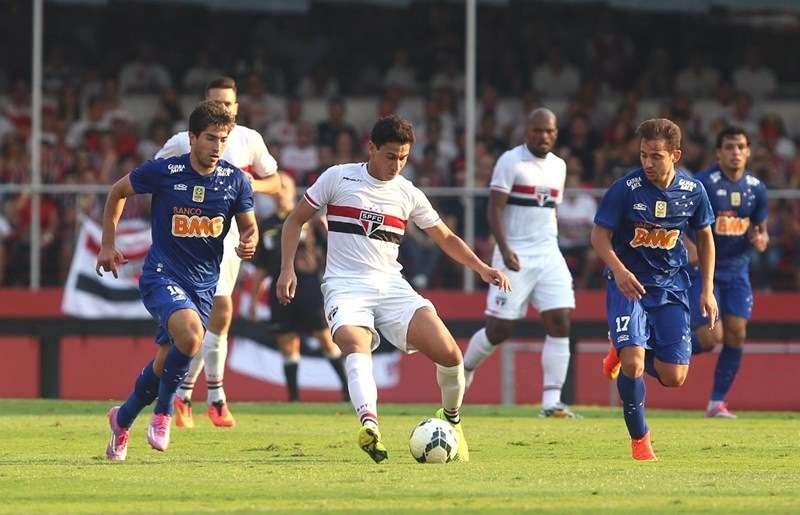 São Paulo bate Cruzeiro e se aproxima do líder