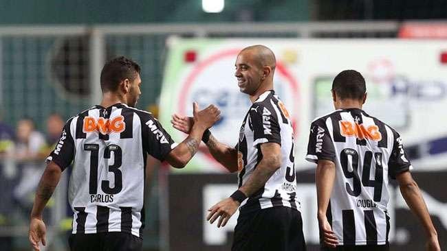 Atlético-MG ganha do Santos e entra no G4 do Brasileiro