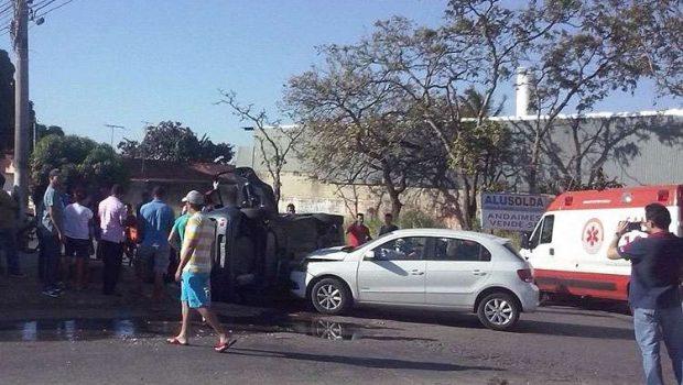 Mulher fica ferida em capotamento na Vila Alzira