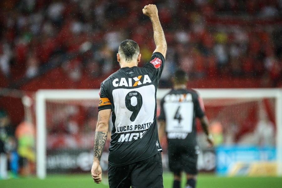 Victor salva, Atlético-MG marca no fim e bate o Inter por 2 a 1 na primeira semi