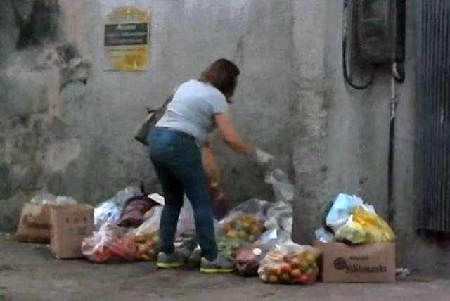 Dona de restaurante é presa em flagrante catando comida no lixo