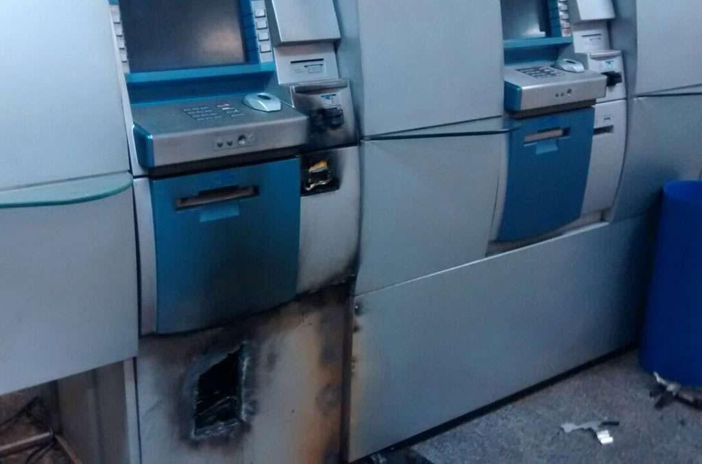 Bandidos arrombam caixa eletrônico de agência bancária, no Setor Sul