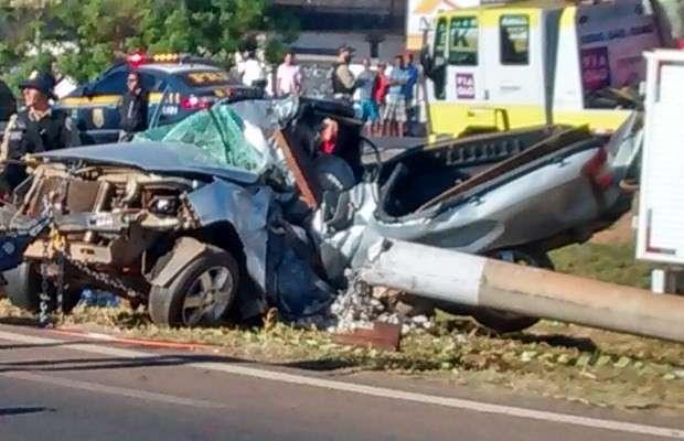 Dois jovens morrem após carro colidir contra poste na BR-040