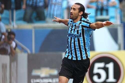 Barcos marca dois e Grêmio bate Corinthians em casa