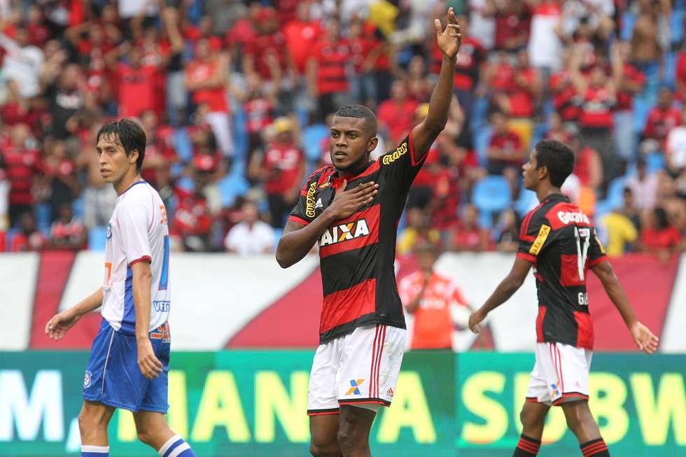 Com dois gols de Cirino, Flamengo vence no Engenhão